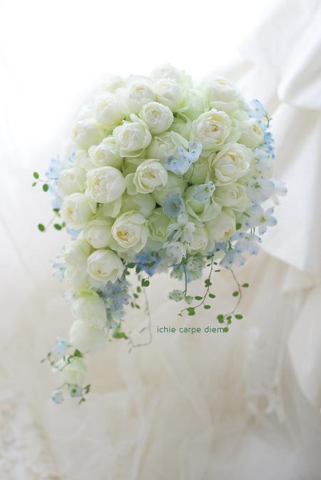 セミキャスケードブーケ ザ テンダーハウス様へ 白のバラと薄い青で _a0042928_14184293.jpg