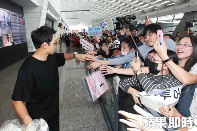 """RAIN「パッケージで世界一周」撮影のため台湾へ出国""""空港でも輝くオーラ""""_c0047605_8364956.jpg"""