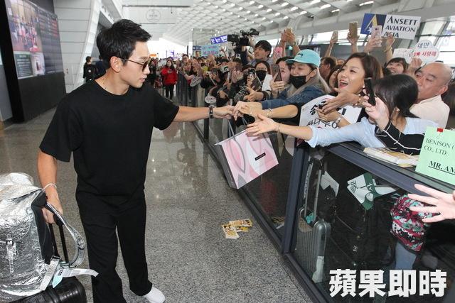 """RAIN「パッケージで世界一周」撮影のため台湾へ出国""""空港でも輝くオーラ""""_c0047605_8365820.jpg"""