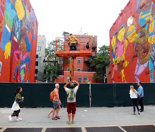 NYの街角(14丁目沿い)にOSGEMEOSの巨大壁画_b0007805_23541338.jpg