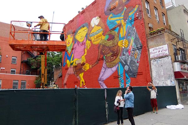 NYの街角(14丁目沿い)にOSGEMEOSの巨大壁画_b0007805_912247.jpg