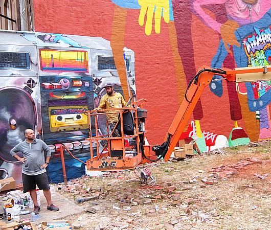 NYの街角(14丁目沿い)にOSGEMEOSの巨大壁画_b0007805_9153684.jpg