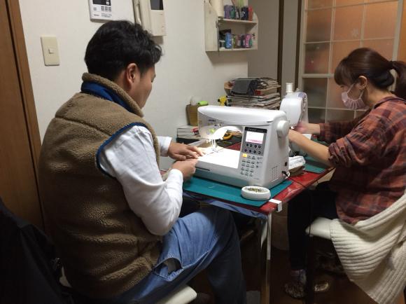 若者に車椅子カバー作りを教える_b0238766_19152037.jpg