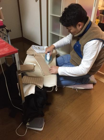 若者に車椅子カバー作りを教える_b0238766_19152384.jpg
