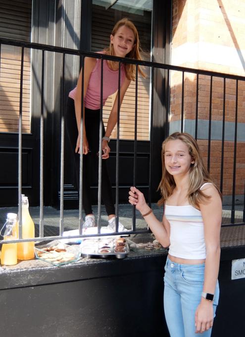 NYの街角で少女たちによる手作りクッキー屋さんに遭遇_b0007805_2271936.jpg