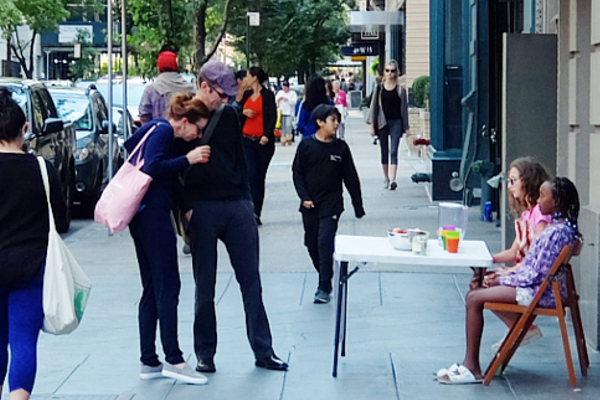 NYの街角で少女たちによる手作りクッキー屋さんに遭遇_b0007805_931865.jpg
