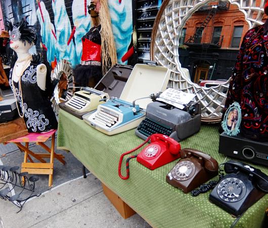 壁画とアンティークのお買い物を同時に楽しめるNYの穴場スポット、Julie\'s Vintage_b0007805_1151775.jpg