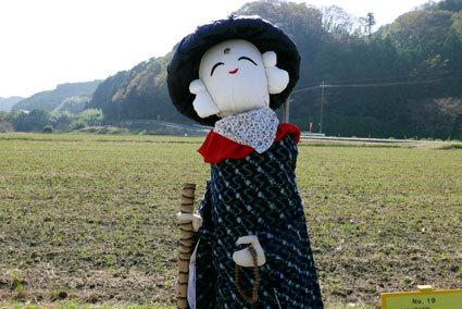 今年もかかしが榊原温泉歓迎しています_b0145257_16161062.jpg