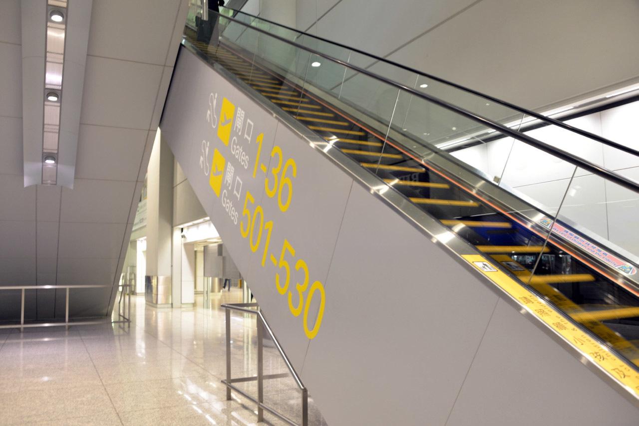 香港国際空港のサイン_e0175918_21321562.jpg