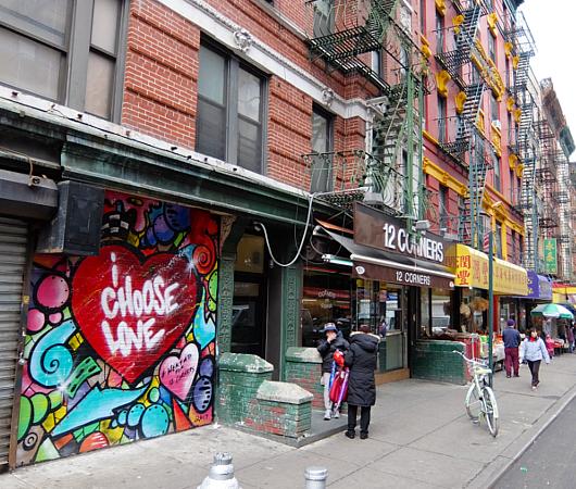 NYのお店の中にまで繁殖中の「ラブ・ウォール」アート by HEKTAD_b0007805_1014562.jpg