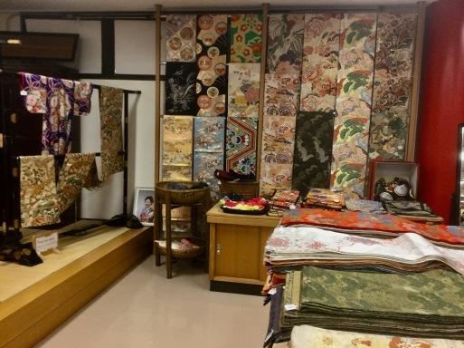 表参道の老舗土産物店_b0210699_02034131.jpeg