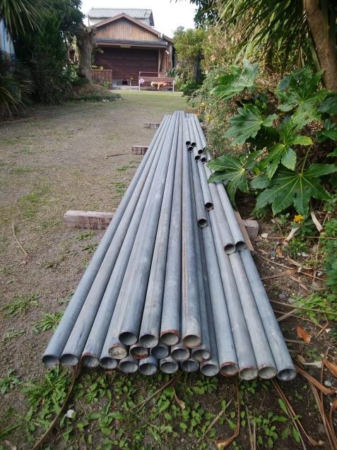 鉄管パイプを早朝から運び込む :...