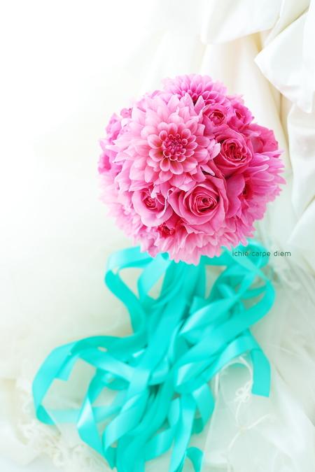 ダリアとバラのピンクのブーケ、ターコイズブルーのリボンに鮮やかなフーシャピンクで _a0042928_14582940.jpg