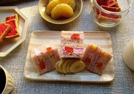 ファインの『赤のビーツ』でカリカリラスクとフルーツサンドイッチ作り♪_a0305576_10241656.jpg