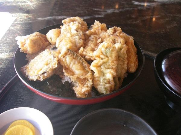 この季節とてもおいしい牡蠣の天丼 <ドライブイン灘>_e0175370_06532527.jpg