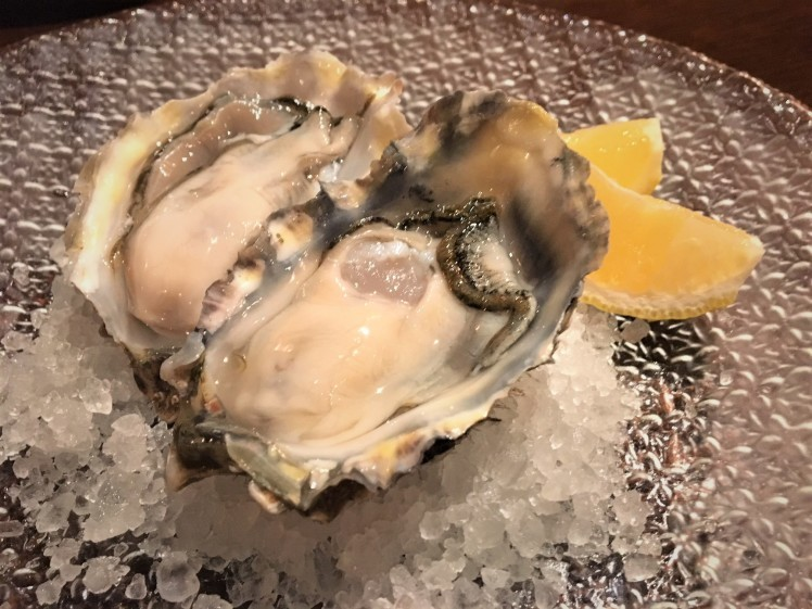 広尾「ビストロシロ」シックな新店舗で独創的な魚料理_b0354293_00321536.jpg