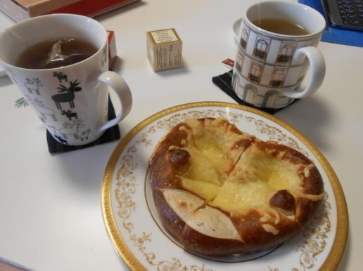 お土産のプレッツェルといただき物の珍しい紅茶カレンダー。_a0095931_15540552.jpg