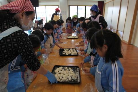 りんご組・年長組のお餅つき_b0277979_14433309.jpg