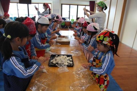 りんご組・年長組のお餅つき_b0277979_14470561.jpg