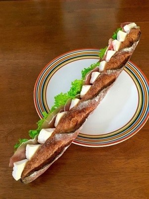 今朝の朝ごパン soilバゲットでサンドイッチと黒糖レーズン食パン♪_f0231189_10503298.jpg