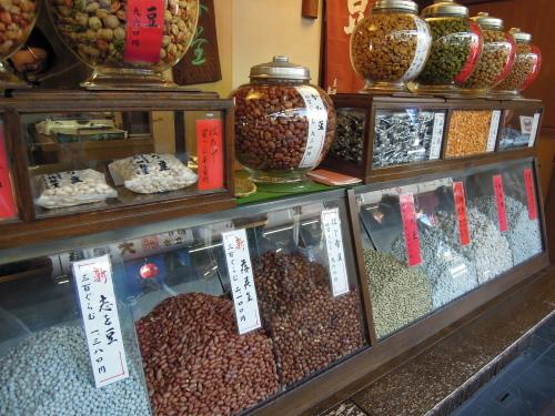羽子板市のお土産は、梅林堂の「とびだし豆」_e0116211_09285208.jpg