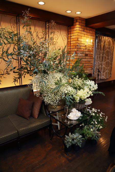 冬の装花、白とくすんだグリーン、切り株とキャンドル 高砂ソファ装花と階段の装花、クリスマス少し手前に_a0042928_1210142.jpg
