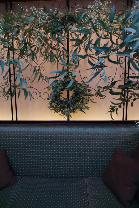冬の装花、白とくすんだグリーン、切り株とキャンドル 高砂ソファ装花と階段の装花、クリスマス少し手前に_a0042928_1210402.jpg