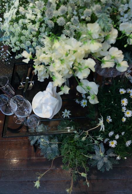 冬の装花、白とくすんだグリーン、切り株とキャンドル 高砂ソファ装花と階段の装花、クリスマス少し手前に_a0042928_121122.jpg