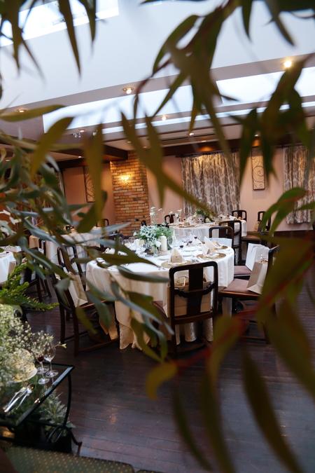 冬の装花、白とくすんだグリーン、切り株とキャンドル 高砂ソファ装花と階段の装花、クリスマス少し手前に_a0042928_12113089.jpg