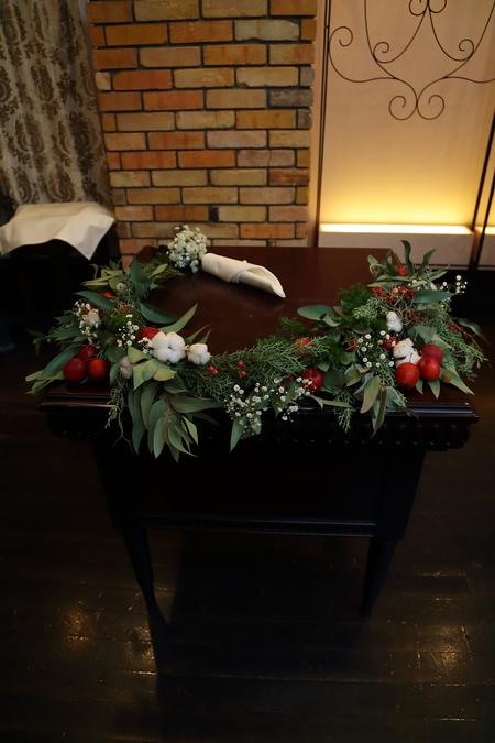 冬の装花、白とくすんだグリーン、切り株とキャンドル 高砂ソファ装花と階段の装花、クリスマス少し手前に_a0042928_1212075.jpg