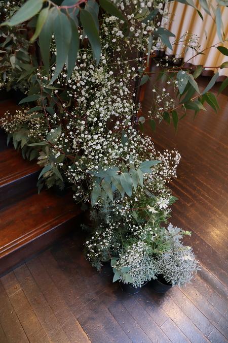 冬の装花、白とくすんだグリーン、切り株とキャンドル 高砂ソファ装花と階段の装花、クリスマス少し手前に_a0042928_12123730.jpg