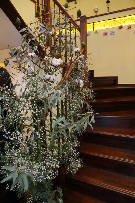 冬の装花、白とくすんだグリーン、切り株とキャンドル 高砂ソファ装花と階段の装花、クリスマス少し手前に_a0042928_12125749.jpg