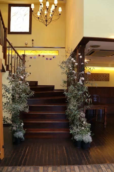 冬の装花、白とくすんだグリーン、切り株とキャンドル 高砂ソファ装花と階段の装花、クリスマス少し手前に_a0042928_12131947.jpg