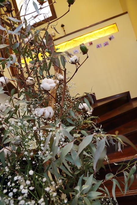 冬の装花、白とくすんだグリーン、切り株とキャンドル 高砂ソファ装花と階段の装花、クリスマス少し手前に_a0042928_1214134.jpg