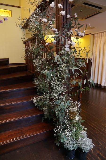 冬の装花、白とくすんだグリーン、切り株とキャンドル 高砂ソファ装花と階段の装花、クリスマス少し手前に_a0042928_12155291.jpg
