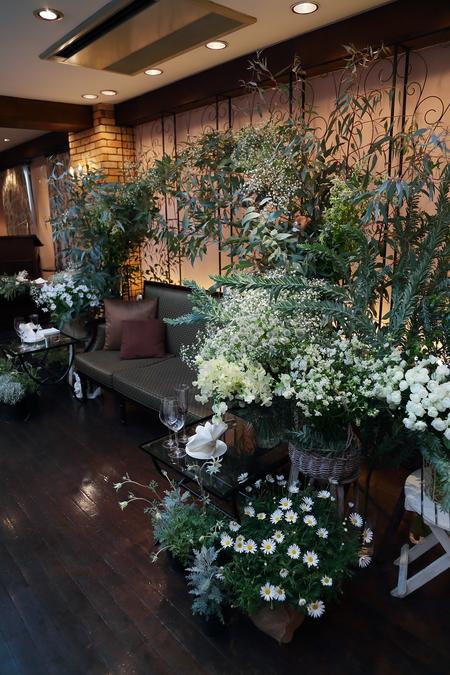 冬の装花、白とくすんだグリーン、切り株とキャンドル 高砂ソファ装花と階段の装花、クリスマス少し手前に_a0042928_1253530.jpg