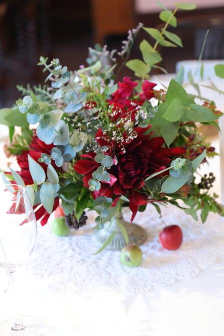 冬の装花 クリスマス 深い赤のダリア黒蝶と、手編みのドイリーと、スワッグそして灯火_a0042928_2141751.jpg