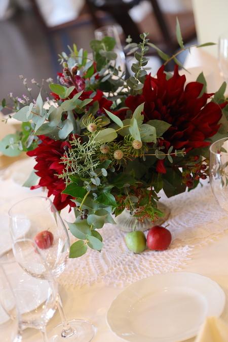 冬の装花 クリスマス 深い赤のダリア黒蝶と、手編みのドイリーと、スワッグそして灯火_a0042928_21485728.jpg