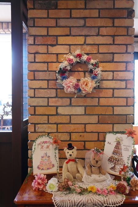 冬の装花 クリスマス 深い赤のダリア黒蝶と、手編みのドイリーと、スワッグそして灯火_a0042928_21513619.jpg