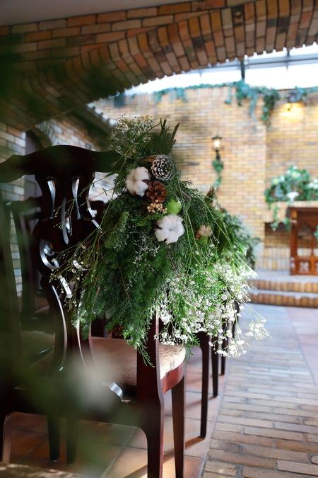 冬の装花 クリスマス 深い赤のダリア黒蝶と、手編みのドイリーと、スワッグそして灯火_a0042928_21535820.jpg