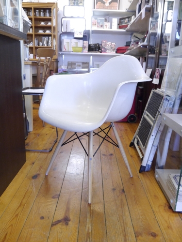 2017 Christmas GIFT Vol.8... EAMES ARMSHELL CHAIR Ochre Light+Rocker Base 他ヴィンテージアームシェル♪_b0125570_10010247.jpg