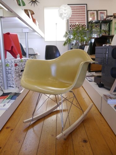 2017 Christmas GIFT Vol.8... EAMES ARMSHELL CHAIR Ochre Light+Rocker Base 他ヴィンテージアームシェル♪_b0125570_10012680.jpg