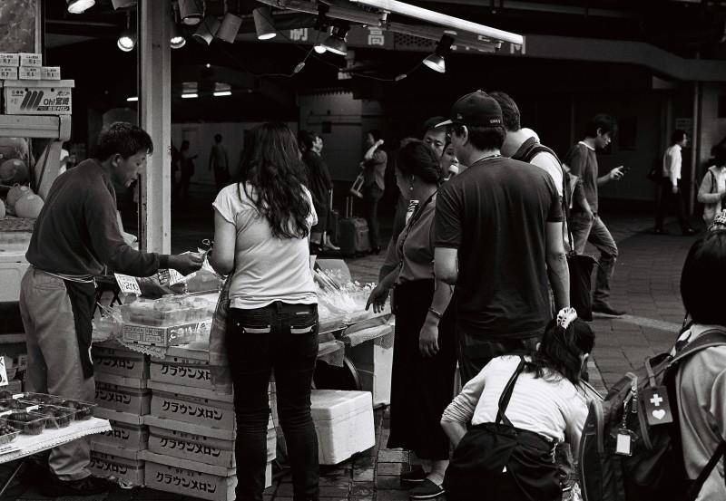 Fruits Shop   ・・・一等地の果物屋・・・_f0333031_04304191.jpg