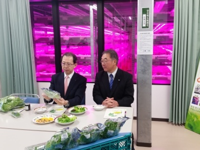 知事が野菜工場「キミドリ」視察_d0003224_17290160.jpg