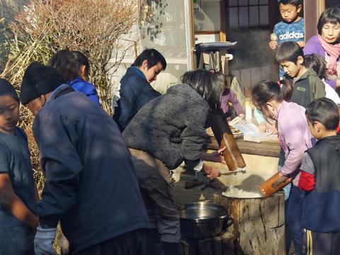 カッちゃん邸の餅つき大会で「北鎌倉の恵み」大好評!12・23_c0014967_7171637.jpg