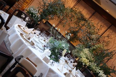 冬の装花、白とくすんだグリーン、切り株とキャンドル 高砂ソファ装花と階段の装花、クリスマス少し手前に_a0042928_1825990.jpg