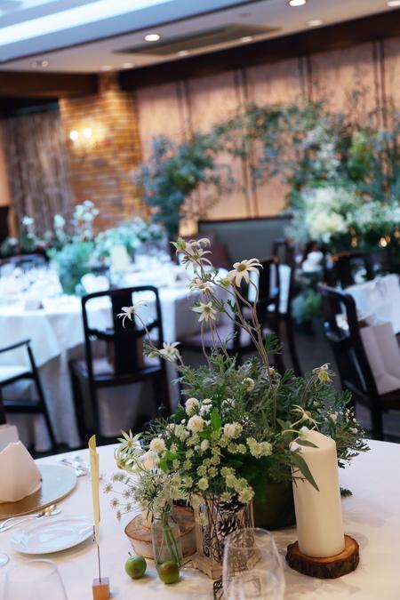 冬の装花、白とくすんだグリーン、切り株とキャンドル 高砂ソファ装花と階段の装花、クリスマス少し手前に_a0042928_1833460.jpg