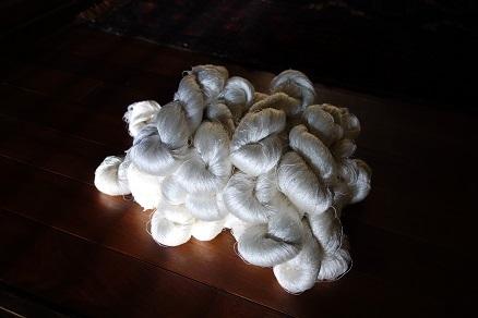 キラキラの、精練済みの絹糸。_f0177373_19123161.jpg