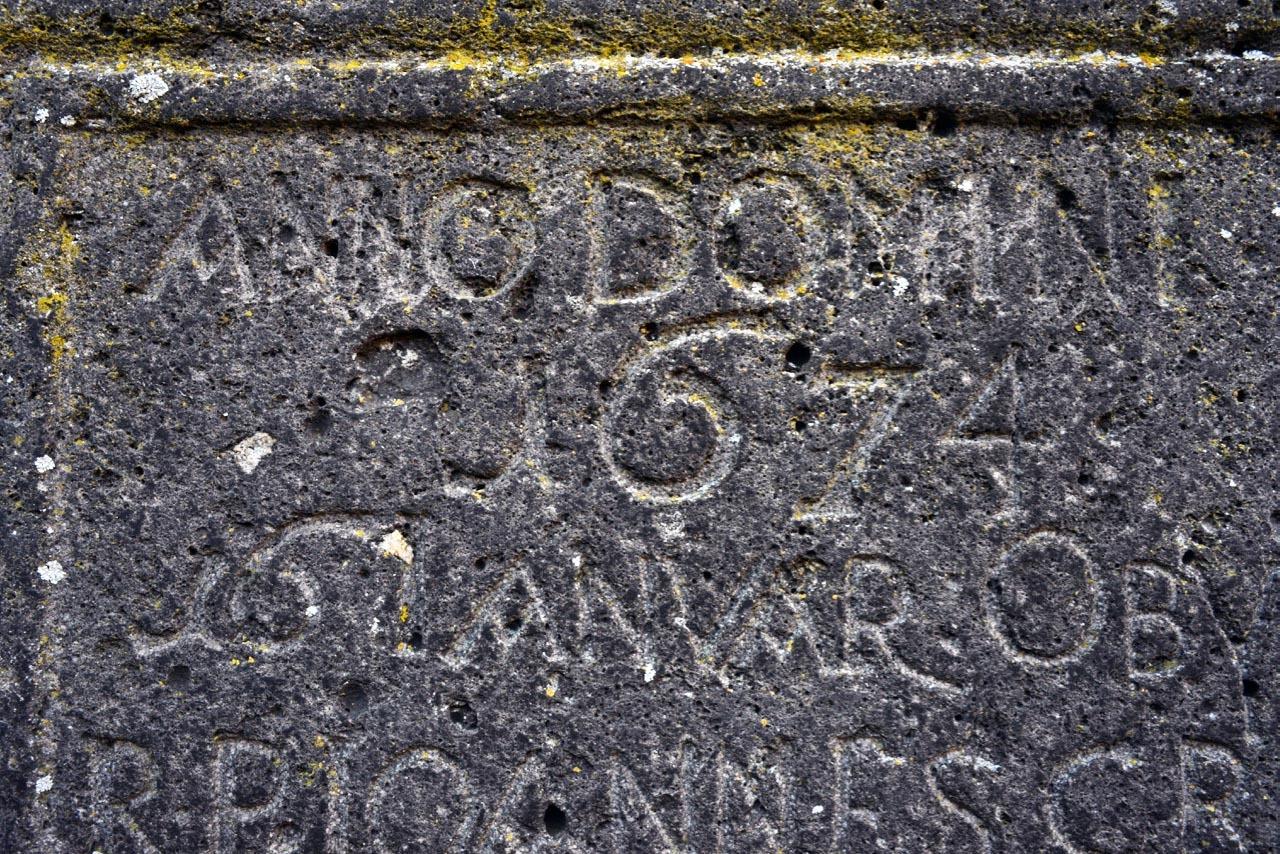 修道院の遺跡の文字_e0175918_01193532.jpg