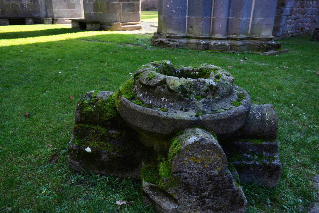 修道院の遺跡の文字_e0175918_20220712.jpg
